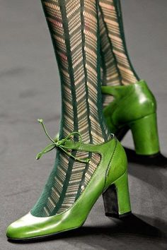 green tights and green shoes Anna Sui fall 2013 Stilettos, High Heels, Estilo Hippy, Green Shoes, Green Tights, Green Pumps, Lace Tights, Green Fashion, Mode Style