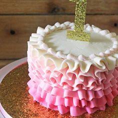 Love this sweet little smash cake! Like the glitter cake board? I show you how to do it over on the blog - link in my bio👉 @rosebakes . . . . #cake #rufflecake #smashcake #ombre #pink #glitter #caketopper #glittercakeboard #cakeboard #tutorial #firstbirthday #cakesofinstagram #cakestagram #cakesofig