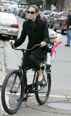 Celebrities on Bikes Brad Pitt and Angelina Jolie is doing it. - They even share bike? Angelina Jolie Style, Brad Pitt And Angelina Jolie, Jolie Pitt, Shiloh Jolie, Cycle Chic, Bicicletas Raleigh, Child Bike Seat, Range Velo, Bike Rider