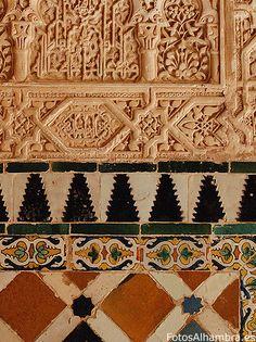 Yeserías y azulejos de la Alhambra