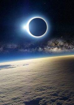 Eclipse solar y la Vía Láctea vista desde la Estación Espacial Internacional