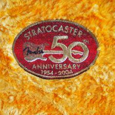 ハードケースに入ったストラト50周年記念ロゴです。