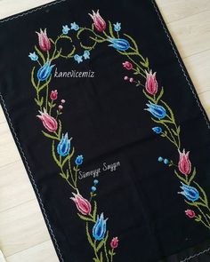 Kanaviçe Seccade Örnekleri 14 Cross Stitch, Design, Instagram, Dish Towels, Cross Stitch Embroidery, Knitting And Crocheting, Tricot, Fabric Purses, Embroidery Ideas
