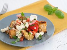 Super simple and super tasty: tomato bread salad with olives and feta cheese eatsmarter.de salad # dinner Super simple and super tasty: tomato bread salad with olives and feta cheese eatsmarter. Healthy Snacks To Buy, Healthy Breakfast Recipes, Clean Eating Recipes, Healthy Dinner Recipes, Healthy Lunches, Lunch Meal Prep, Healthy Meal Prep, Healthy Eating, Tomato Bread