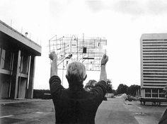 Jacques Tati op de set van Playtime