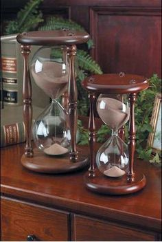 hourglasses- second favorite time piece. Bottle Design, Glass Design, Model Tattoo, Hourglass Sand Timer, Sand Timers, Vintage Enamelware, Antique Clocks, Days Of Our Lives, Cool Ideas