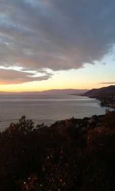San Rocco di Camogli.Il piccolo piazzale offre la vista su tutto il golfo del tigullio e nelle mattinate fredde e limpidissime di tramontana (quella che noi chiamiamo 'tramontana secca') si delinea in lontananza tutto l'arco dell' appennino ligure e i contorni nitidi della Corsica. (cit.Camperarcobaleno)