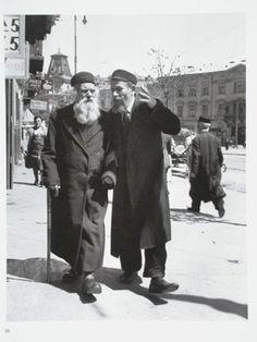 Le doyen de l'artel transportant un fardeau pesant. Varsovie, 1938.