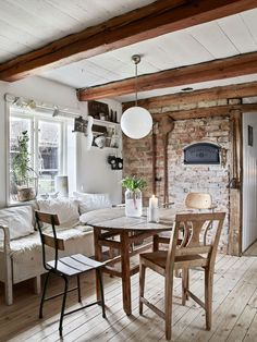 Une maison familiale au charme rustique - PLANETE DECO a homes world A family home with rustic charm Simple Living Room, Home Living Room, Living Room Decor, Small Living, Shabby Chic Colors, Sweet Home, Living Room Trends, Rustic Cottage, Cottage Interiors