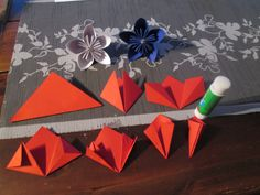 Tästä kukan terälehden teko alkaa: ensin n leikataan neliön mutoinen paperi ,sit taitellaan vasemmalta alkaien mallin mukaan .yhteen kukkaan menee 5 kpl terälehtejä.  Palloon menee 12 kpl kukkia.Sit kolme kukkaa liimataan yhteen terälehden nurkasta .Niin kauvon että tulee pallo .