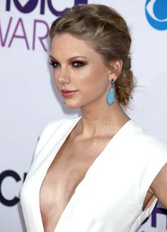"""Taylor Swift No Bra 
