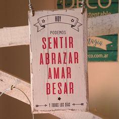 Carteles estilo vintage realizados con madera.  DISEÑO: Hoy podemos, sentir, abrazar, amar, besar  TERMINACIÓN: alambre para colgar  MEDIDAS:10cm x 18cm x 2...