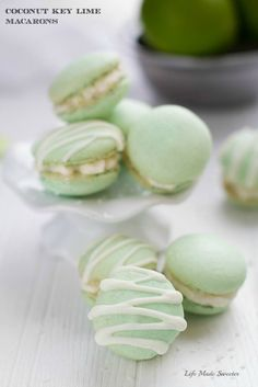 Coconut Key Lime Macarons - filled with fresh key lime buttercream and toasted coconut make the perfect tropical inspired treat for summer. Macaron Filling, Macaron Flavors, Köstliche Desserts, Delicious Desserts, Lemon Desserts, Key Lime Macarons, Key Lime Buttercream, Buttercream Filling, Table D Hote