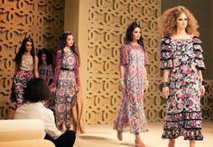 CHANEL Does Dubai: Cruise 2015 from left…. I want it on my body. So feminine. Runway Fashion, High Fashion, Fashion Outfits, Fashion Tips, Fashion Weeks, Women's Fashion, Karl Lagerfeld, Middle Eastern Fashion, Chanel Cruise