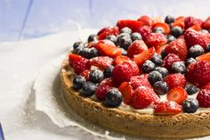 Een heerlijke zomertaart met rood fruit, een chewy bodem met spijs en een vulling van banketbakkersroom, mascarpone en zure room...