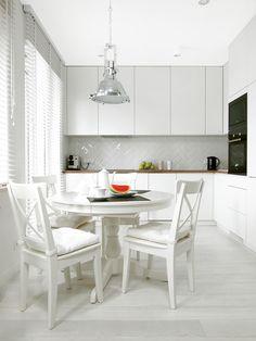Urządzone w bieli mieszkanie na warszawskiej Chomiczówce - Dom