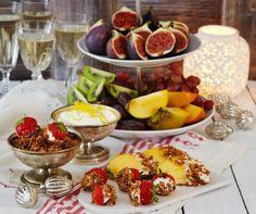 Lag en god krem og kokossmuler som frukten dyppes i. Denne dessertvarianten passer godt å sette fram på et buffébord.
