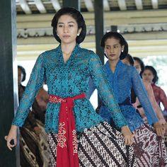 Sari Tunggal dance at Keraton Ngayogyakarta Hadiningrat, Yogyakarta. Photo by erwinoctavianto on instagram.  All the female dancers have to wear: - Sanggul Tekuk (hair) - Kebaya - Jarik - Sampur - Earring
