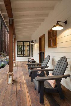 Porche devant cette maison familiale totalement rénovée agrémentée d'un salon de jardin en bois
