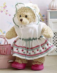 Strik fin kjole med kyse til bamsen og dukken. Passer til både Build-a-Bear og Baby Born.