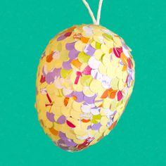 Bastelidee zu Ostern mit Anleitung: Ostereier mit Konfetti bekleben