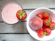 I know I'm a little late for Wimbledon, but we still have summer ahead of us to enjoy this beautiful and heavenly Peaches & Strawberry Cream Smoothie. And this really is delightful, so creamy and just sweet enough. Eating Raw, Healthy Eating, Raw Food Recipes, Healthy Recipes, Strawberry Smoothie, Strawberries And Cream, Refreshing Drinks, Wimbledon, Juicing