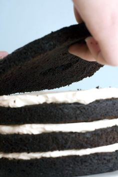 I've been looking for a good tutorial on how to assemble a layered cake. So glad I found this! This site also has a tutorial on how to properly frost a cake taking special care not toget crumbs in your frosting! Cake Decorating Techniques, Cake Decorating Tutorials, Cookie Decorating, Decorating Ideas, Cake Icing, Eat Cake, Buttercream Frosting, Cake Cookies, Cupcake Cakes