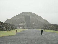 Pirámide del sol y calzada de los muertos en un día nublado de septiembre