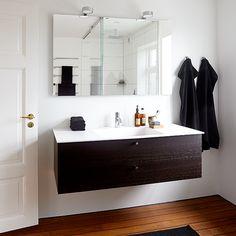 Minimalistisk - med maritime undertoner; Badeværelse inspiration, badeværelse indretning, bathroom inspiration Very Small Bathroom, Tiny Bathrooms, Double Vanity, Mirror, Furniture, Bathroom Ideas, Home Decor, Cases, Minimalism
