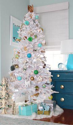 modern flocked christmas tree // @simplifiedbee #flockedtree #modernchristmastrees #ChristmasTree #holidaydecor #treetopia