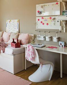 modernes Mädchenzimmer - beige Wandfarbe, weiße Möbel und rosa Akzente
