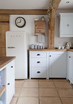 Modern Kitchen Design Replacing your kitchen cabinets are a big investment. Here's our top kitchen cabinet ideas that are classics and will be on trend for years. Rustic Kitchen, Country Kitchen, Vintage Kitchen, New Kitchen, Kitchen Decor, Kitchen Tables, Kitchen Ideas, Small Cottage Kitchen, Cozy Kitchen