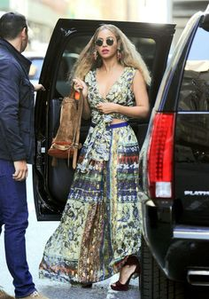 Get the Look: Beyonce's New York City Alberta Ferretti Foil Printed Wrap Top, Green and Red Pattern Maxi Skirt, and Azzedine Alaia Sandals Beyonce Style, Beyonce And Jay Z, Daily Fashion, Fashion News, 2000s Fashion, Beyonce Coachella, Celebrity Style Inspiration, Persona, How To Wear