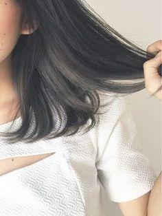 ロングボブでインナーカラーを取り入れた女性の髪の毛画像1