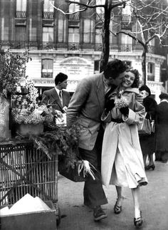 By Robert Doisneau - a French photographer. In the he used a Leica on the streets of Paris. He and Henri Cartier-Bresson were pioneers of photojournalism might add this to my 'Kiss'n time' brd Couples Vintage, Vintage Love, Vintage Kiss, Vintage Romance, French Romance, Vintage Black, Vintage Paris, Robert Doisneau Photos, Vintage Photography