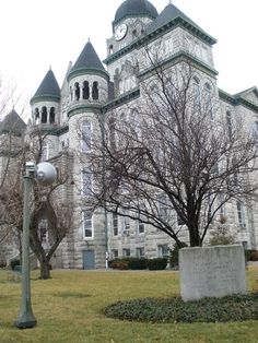 Carthage, Missouri (county courthouse) along Route 66 (photo by Deb Robole)