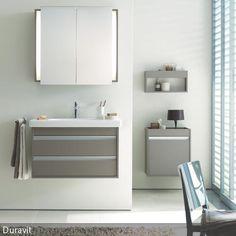 In schickem Grau ist dieses Badezimmer gehalten. Die Kunst beim Einrichten mit dieser Farbe ist es, den Raum nicht zu steril erscheinen zu lassen. Dies wird  …