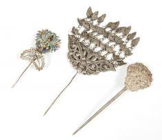 Colección de tres horquillas; Yunnan, China, finales de la dinastía Qing, hacia 1900.Metal y esmaltes.