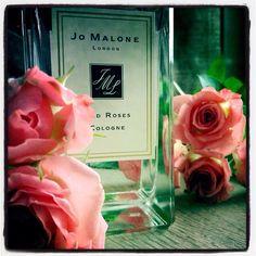 Prétendons que la vie est rose! (Et que je ne suis pas cerné.) Vautrons-nous dans un grand bouquet, que tout autour de nous ne soit que roses! #parfum du jour: Red Roses #JoMalone  #scent of the day