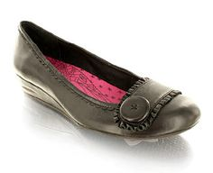 Hush Puppies Leather Casual Shoe With Button Detail Black leather casual shoeButton and ruche detail at toeHeel height 3cmSlip on style!Product Name: Empire IL http://www.comparestoreprices.co.uk/womens-shoes/hush-puppies-leather-casual-shoe-with-button-detail.asp