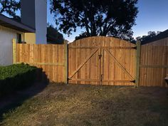 Our signature Cedar Capped Board on Board with a beautiful Arched swing gate Garden Privacy, Privacy Screen Outdoor, Setting Fence Posts, Fence Gate Design, Fence Slats, Cedar Posts, Types Of Fences, Different Types Of Wood, White Picket Fence