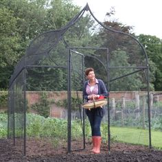 Each Ogee Arch Fruit Cage is supplied complete with 16mm mesh heavy duty side netting, shaped 19mm knotted mesh roof netting, a door kit and all the pegs, clipsd and ties required for assembly.