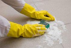 Dlaždičky se nejlépe drhnou po koupeli či sprchování, kdy jsou napařené a špína jde snadněji odstranit