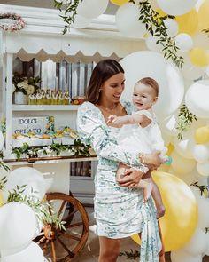 Backyard Birthday Parties, Birthday Party Decorations, Mom Dress, Baby Dress, Backyard Baby Showers, Daisy Decorations, Daisy Party, Baby Event, Shower Dresses