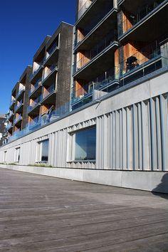 Plantekummerne langs Havnepromenaden i Aalborg er med til at give grønt liv til havnemiljøet Aalborg, Aarhus, Bruges, Multi Story Building, Patio