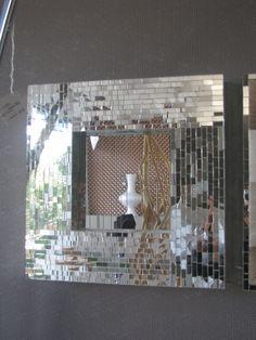 Specchio con rivestimento in mosaico fiorentino di specchi , struttura in Legno. Dimensioni cm.40x40x6.  With front coverage in mirror mosaic Florence , on inside and outside perimeter.  Size : 40x40x6