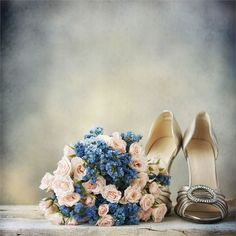 Ideal for a vintage wedding, this mix of pale blue and pink creates a soft and feminine addition to your bridal outfit.