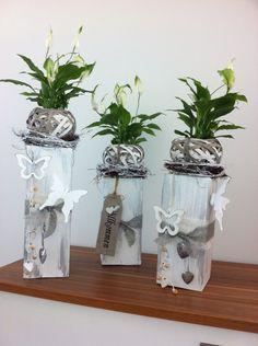 holzpfosten, dekoriert mit blüten, kränzchen und kerzen | holz, Moderne