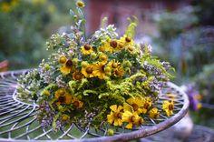 Květinová vazba ze žlutých zápleváků (Helenium), zlatobýlu a dobromysli