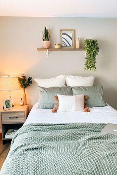 Room Design Bedroom, Room Ideas Bedroom, Home Decor Bedroom, Dorm Room Themes, Bedroom Inspo, Bedroom Apartment, Sage Green Bedroom, Green Rooms, Cozy Room